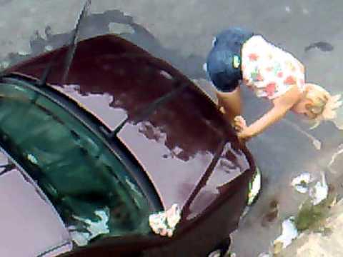 loira gostosa lavando carro2