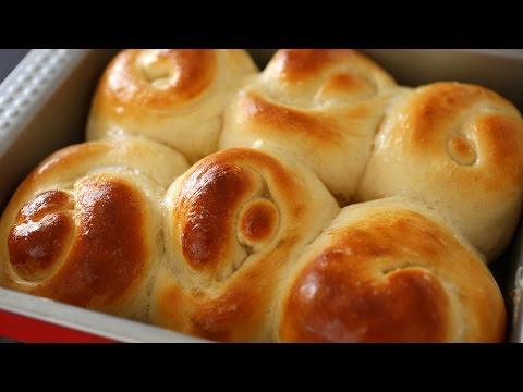 Bread rolls or dinner rolls (Roll-ppang: 롤빵)