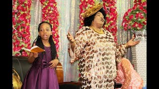 Bishop Dr  Gertrude Rwakatare Awaliza Watu Kwa Wimbo Wa Tenzi Za Rohoni Baada Ya Kuwaombea
