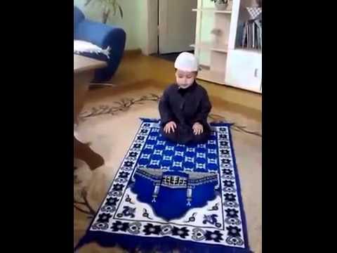 Un enfant très mignon à peine 2 ans fait la prière Ma cha ALLAH