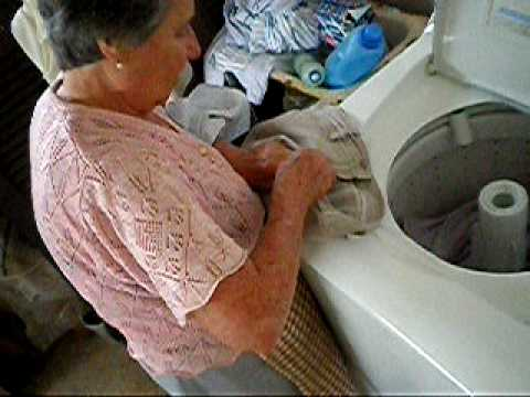 Aprendendo a lavar roupas com vovó Gelsa.MOV