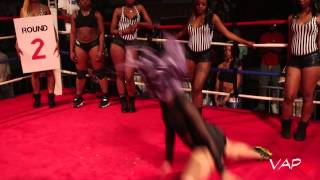 Girl goes in at a twerk contest !!