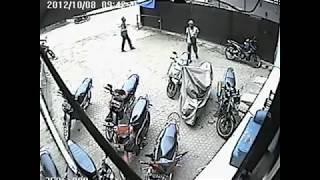 MALING MOTOR DI PAMEKASAN MADURA TEREKAM CCTV