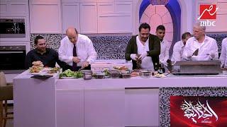 """السجق بالبقدونس فظيع.. عمرو أديب يتذوق أول ساندوتشات """"استبينا"""" في الحكاية"""