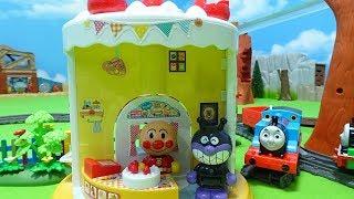 きかんしゃトーマスとアンパンマンのお店のケーキを盗んだバイキンマンがアンパンマンから逃げるよぉ~♪プラレール トラックマスター♪ゆうぴょん♪♪1473
