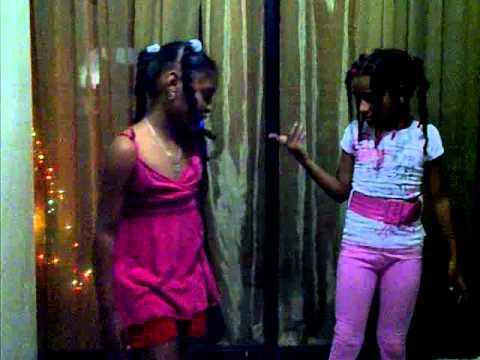 Dos niña pequeña bailando discuten por su novio