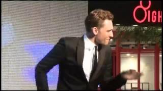 Diễn viên Tom Hiddleston nhảy shuffle