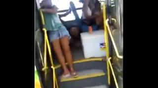 Bêbados caindo do ônibus