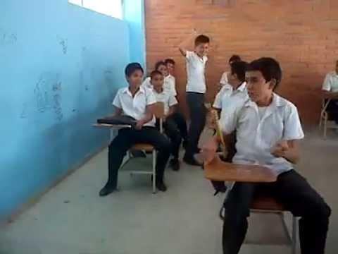 niños juegan al autobus en salon de clases