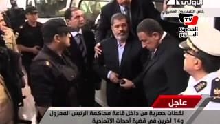 محمد مرسي داخل قفص المحكمة وسط تصفيق انصاره
