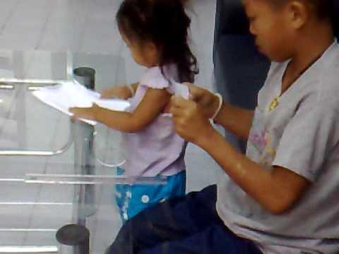 น้องหม่องสาธิตพับจรวดกระดาษ