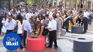 Barcelona pays tribute to victims of Las Ramblas terror attack - Daily Mail