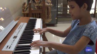 Zizi Si Tuna Netra yang Mahir Main Piano Tanpa Chord