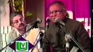 Khumar Barabankvi recits his poetry [Mehfil e Mushaira]
