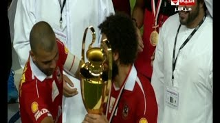 لقطة محترمة | عماد متعب يجبر حسام غالي على حمل كاس السوبر فى لقطة تعبر عن الروح الرياضية