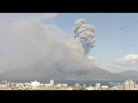 Impactantes imágenes de un volcán activo en Japón - UVideos