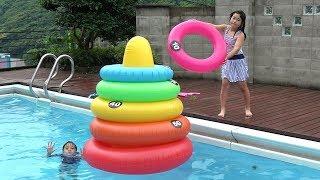 プールで巨大 輪投げ!! 挑戦 お出かけ こうくんねみちゃん Giant ring toss Inflatable
