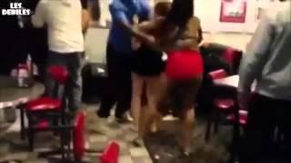Bagarre de filles dans un restaurant