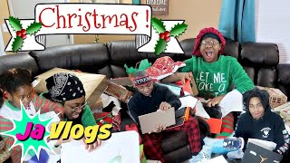 Opening Christmas Gifts!! 2017 | Vlogmas Day 25
