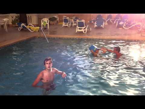Desnudos en la piscina lunes