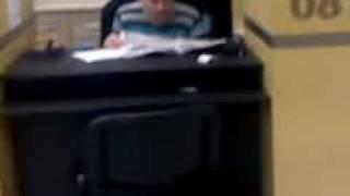 čovek čita novine  na radnom mestu.3gp