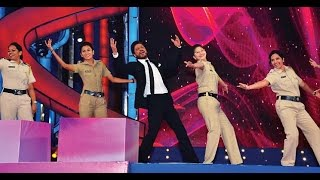 Shahrukh Khan Dance With Lady Police At Umang 2016