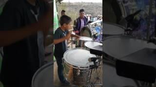 Niño tocando tarolas con Banda Sierra Bonita