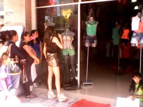 ale arratia en tienda postal con las modelos