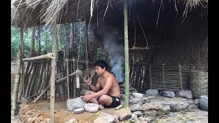 Primitive Technology:Foods For Bird-Cassava and Millstone-Primitive life-wilderness