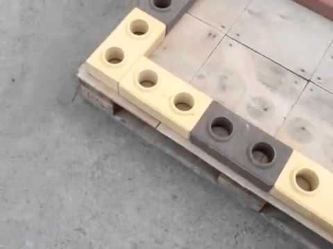 Aplicando argamassa no tijolo ecológico.