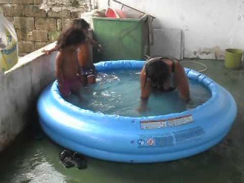 Jaça brincando na piscina com as netas.