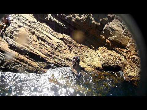 Cliff Jumping Sambil Pegang Kamera