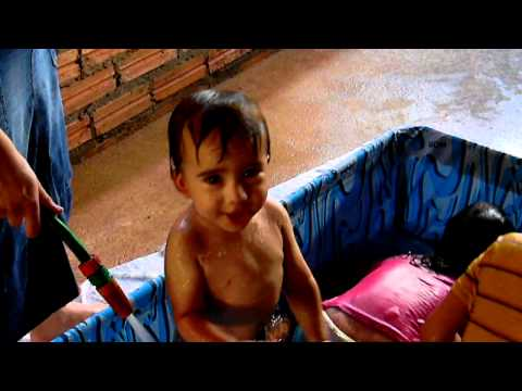 samuel banho na piscina