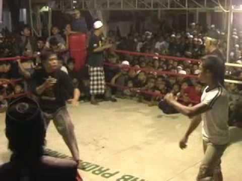 Tarung Bebas Genggong Perkelahian penonton yg akhirnya diteruskan di atas ring.