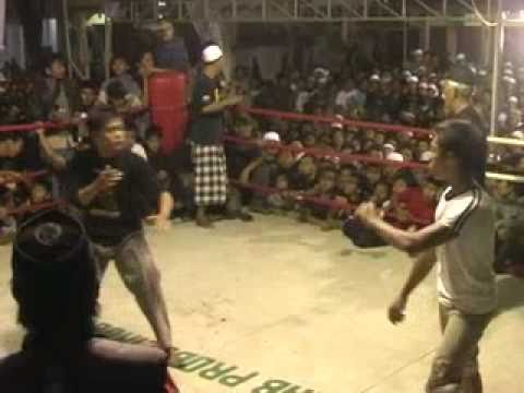 Tarung Bebas Genggong - Perkelahian penonton yg akhirnya diteruskan di atas ring.