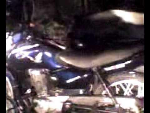 Acidente de moto e uma caveira velando o acidente
