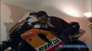 Velan a joven sentado en su motocicleta.flv