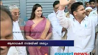 India Election News : Man Trying to Misbehave With Nagma While Talking to Asianet News