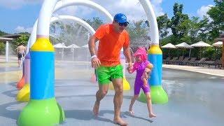 Stacy y papá van al parque acuático