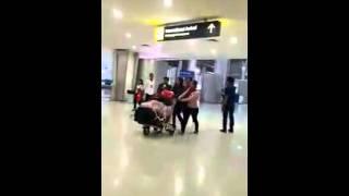 suasana haru tki yang bertemu keluarganya di bandara stelah sekian lama berpisah