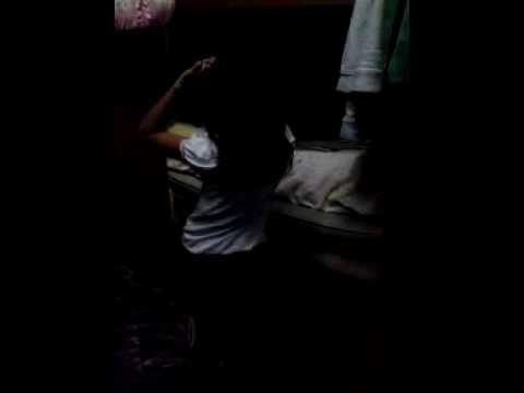 niña bailando la casa sola
