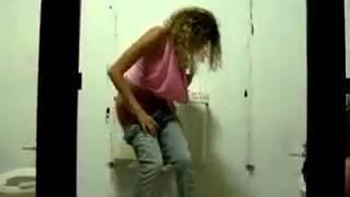 Pegadinha no banheiro feminino