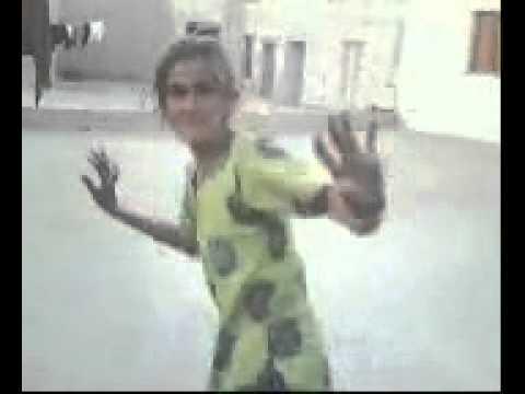 cute aunty dancing .. on song kaanta laga