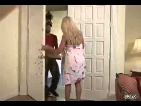 Elle ouvre la porte nue au livreur de pizza Vidéo