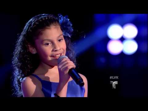 Abril Cisneros canta