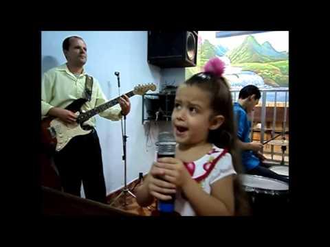 Cantando  na Igreja Hellen com 4 ANOS 16-7-2011