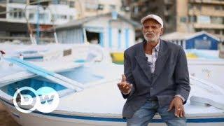 """""""بحر"""" ... صائد """"كنوز السياح"""" بشواطئ الإسكندرية"""