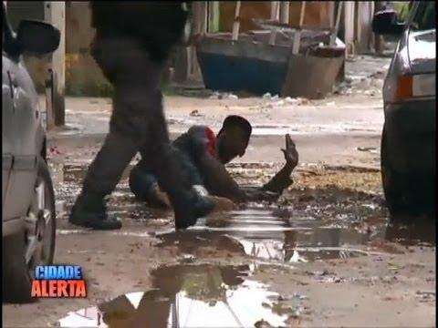 Imagens exclusivas mostram tiroteio entre policiais em comunidade