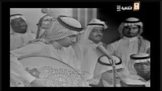 على مسرح التلفزيون :  الفنان عبد الله محمد مع الكورال يتابع  أداء محمد عبده  في أغنية  :  ماكو فكه