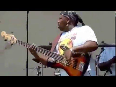 Melhor baixista do mundo toca muiiito